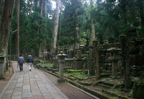 奥ノ院への道は墓原と呼ばれ、多くの有名武将の供養塔や墓碑が立ち並ぶ
