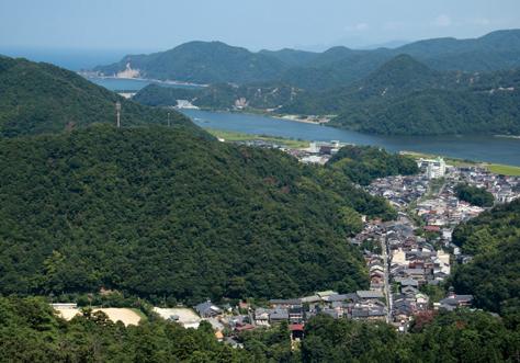 大師山山頂の展望台から城崎の町並みと円山川の河口を見下ろす
