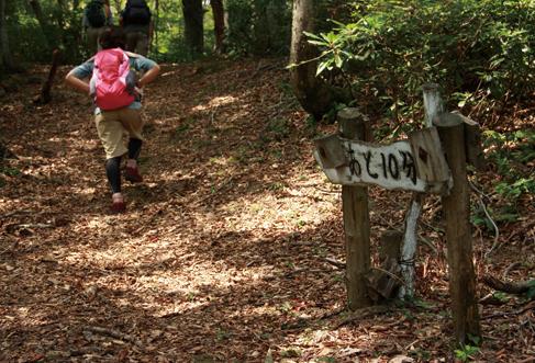 来日岳山頂へは道標と石仏が道案内をしてくれる