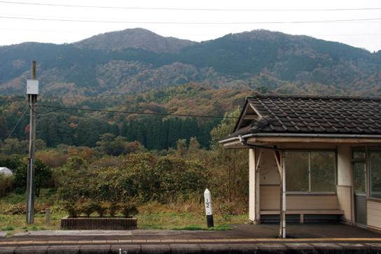 丹後由良駅から見あげると双耳峰に見えるが由良川対岸から眺めると緩やかな富士型になる