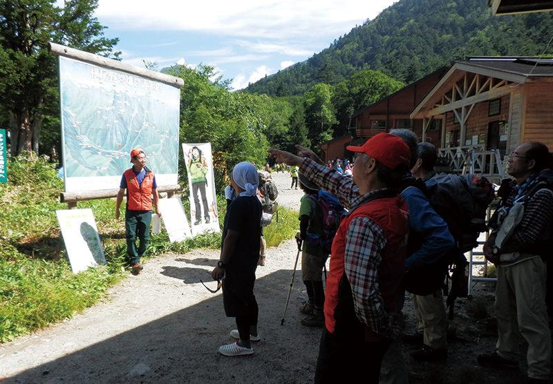 長野県観光部 原一樹さん 横尾避難小屋前にある、地図看板の前で