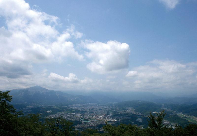 美の山(蓑山) 山頂展望台からは、秩父を代表する武甲山や秩父盆地が見渡せる