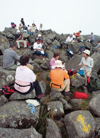 蓼科山 山頂は大きな岩が点在し、広々としている