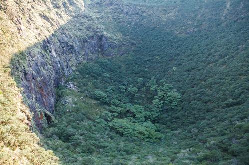 八丈富士 浅間神社脇から小穴を覗く。転落要注意