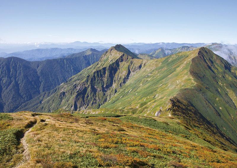 谷川岳 肩の小屋直下からオジカ沢の頭を望む。遠く苗場山まで望める