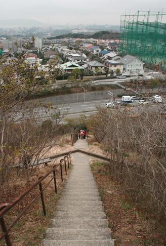 須磨アルプス 縦走路最初の難所の呼び声高い栂尾山への長~い階段