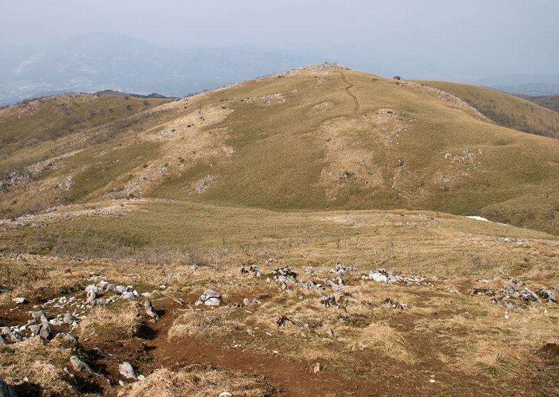 霊仙山 霊仙山から経塚山を見る。左手奥には伊吹山がそびえる