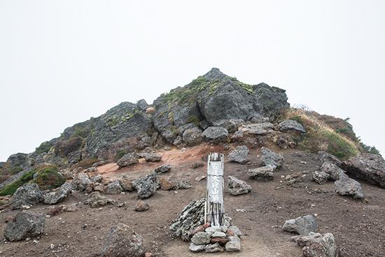 安達太良山  山頂は尖った岩稜。西には猪苗代湖から遠く磐梯山まで望める