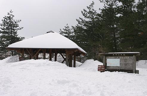 赤坂山  雪に埋もれたブナの木平のあずまや