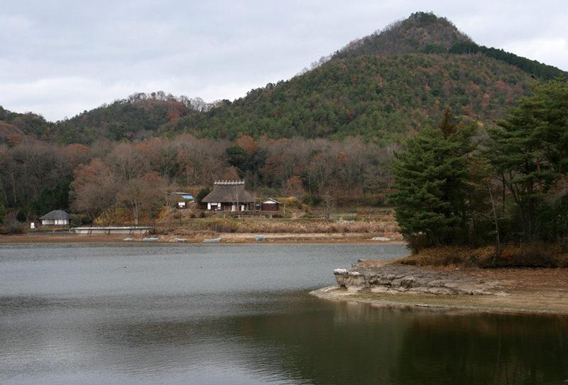 福島大池から見上げる有馬富士