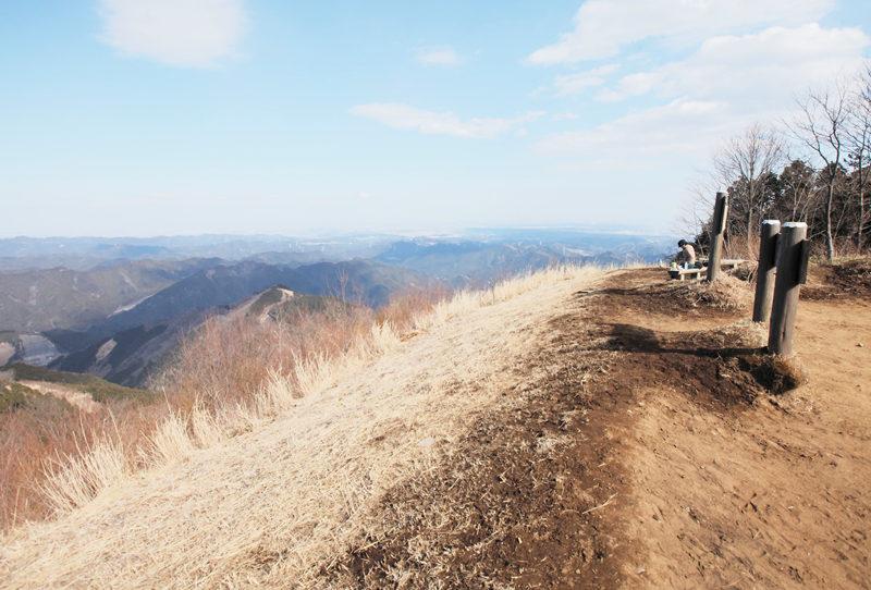 棒ノ折山 大展望の山頂。山頂広場には東屋があり、休憩時に便利
