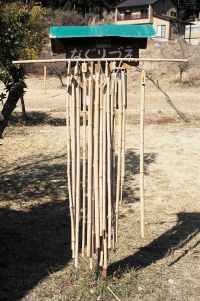 棒ノ折山 バス停そばには竹で作られた無料の杖を借りることもできる