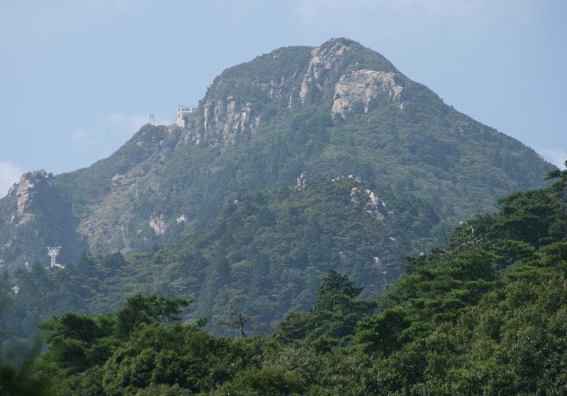 御在所岳 湯の山温泉から望む御在所岳。ピラミダルな山容が印象的