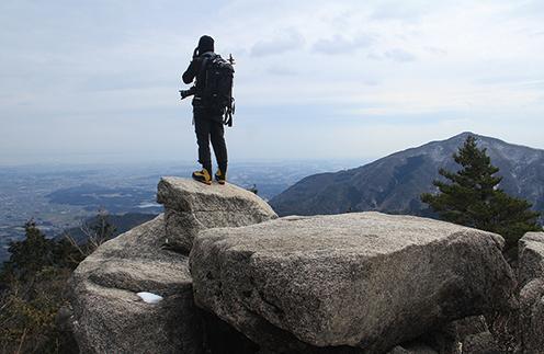御在所岳 登山道中には岩場があり、伊勢湾を望むことができる