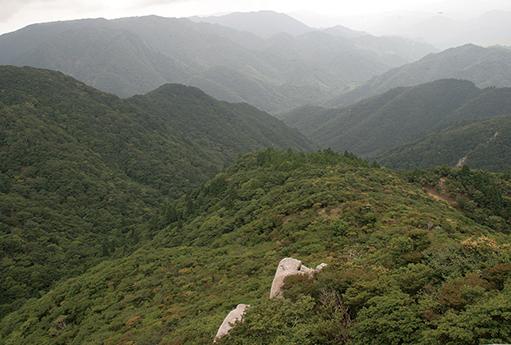 御在所岳 望湖台からは遠くまで山並を望むことができる