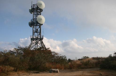 東六甲縦走路 電波塔の立つ六甲最高峰。一等三角点が埋まる