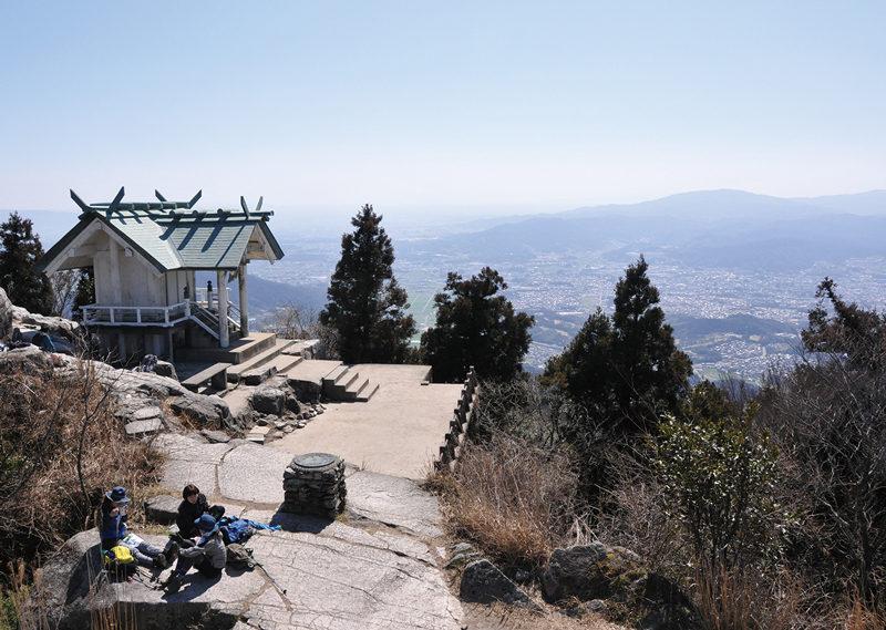 宝満山 山頂にどっしりと鎮座する竃門神社上宮