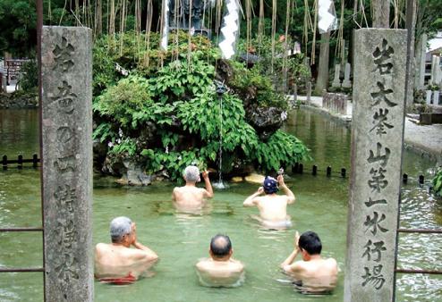 稲村ヶ岳  洞川の龍泉寺で水行をする行者たち