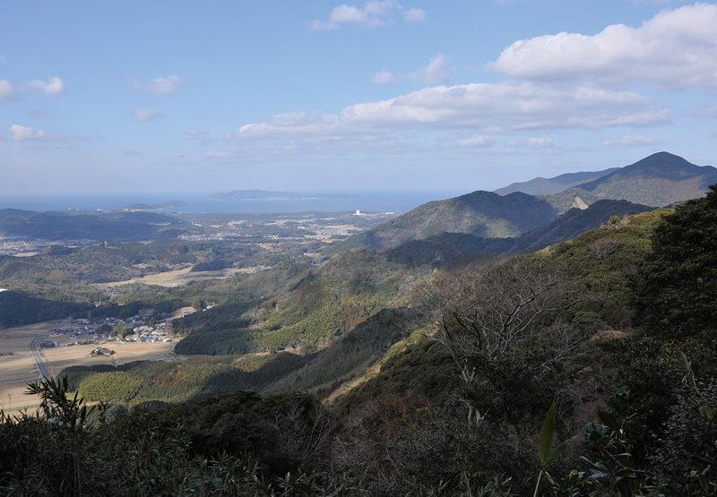 城山 山頂から四塚連山と玄界灘を望む。沖に地島が浮かぶ