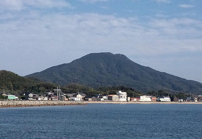 可也山 山麓の西部に位置する岐志漁港から望む可也山