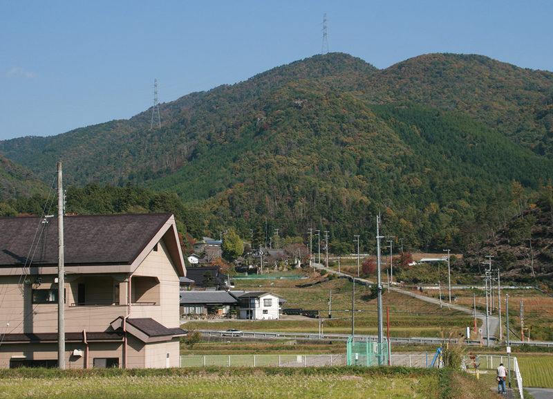 剣尾山 山麓から剣尾山を望む。里山風情がいっぱいだ