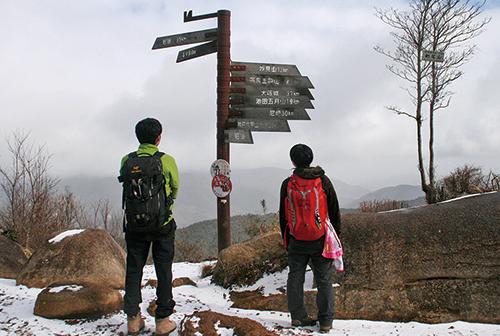 剣尾山  剣尾山頂からの展望はすばらしい。冬季は防寒対策も