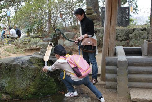 弘法山 弘法山にある弘法の乳の水。手押しポンプで井戸水が出る