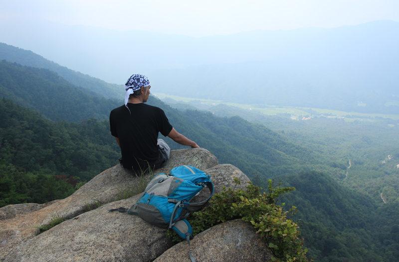 リトル比良 足下が切れ落ち、遠くまで見渡せるオウム岩は見どころのひとつ