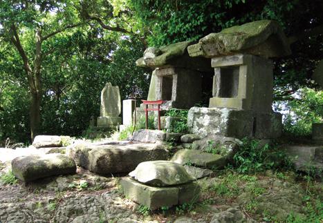 三浦富士 「お炊き上げ」の日は地元の冨士講信者でにぎわう山頂。浅間神社奥の院の祠がある