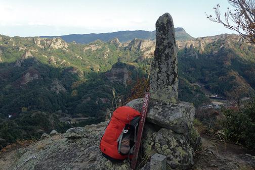 中山仙境 夷耶馬の標識と古い石碑の立つ山頂(高城)