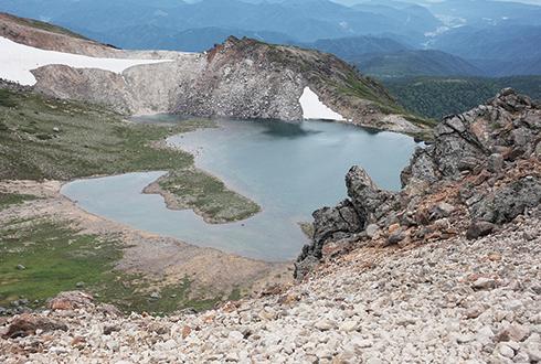 乗鞍岳 乗鞍岳山頂付近にも池がある。飲料水用のため、立ち入り禁止
