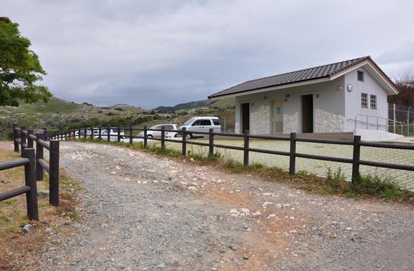 貫山 トイレが完備されている茶ヶ床園地の駐車場。入山前にすませておこう