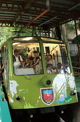 六甲山上周遊 レトロ感あふれる六甲ケーブルの車両