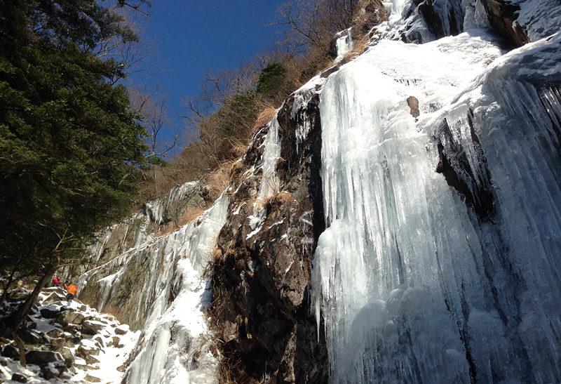 三郡山 冬場に冷え込みが続くと姿を現わす大ツララ