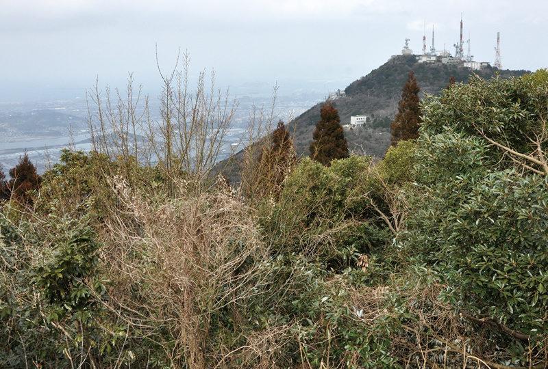 皿倉山 皿倉山とその背後の洞海湾を望む。権現山にて