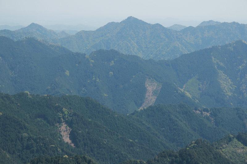 雪彦山 山頂から七種山などの播州の山々を望む