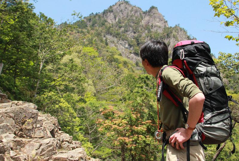 雪彦山 展望岩から見上げる雪彦山はまさに岩の鎧をまとう