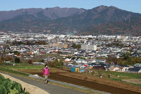 渋沢丘陵 丘をめざして高度を上げる。背後には堂々とした丹沢山塊