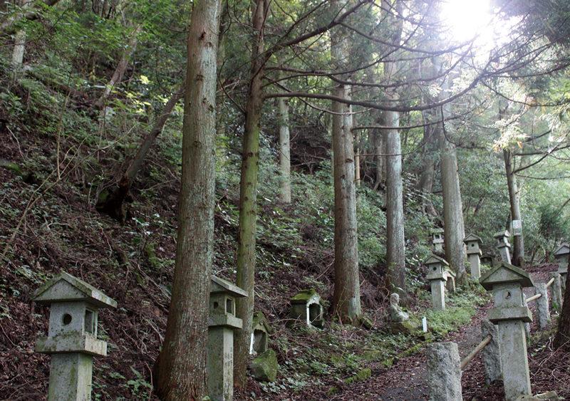 城山 しとどの窟参道には90体の弘法大師像が並んでいる