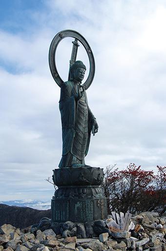 釈迦ヶ岳 山頂には釈迦如来立像が祀られている