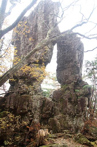 釈迦ヶ岳 道中では、クリカラ岩、両童子(二ツ岩)などを目にすることができる