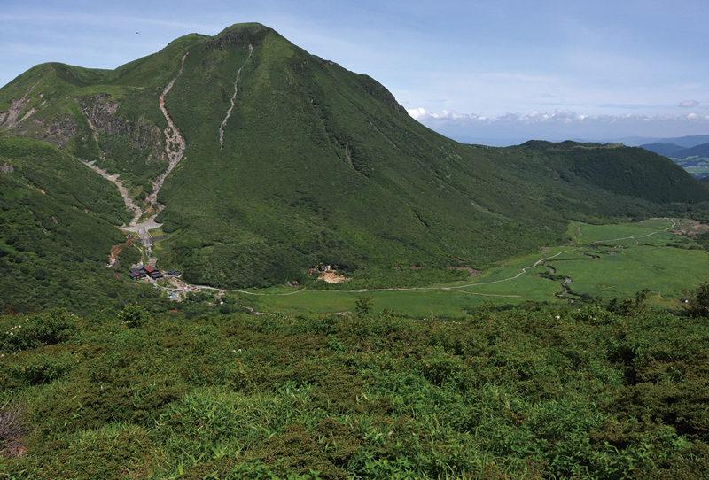 立中山 立中山からの大展望。坊ガツルと三俣山が眼の前に広がる