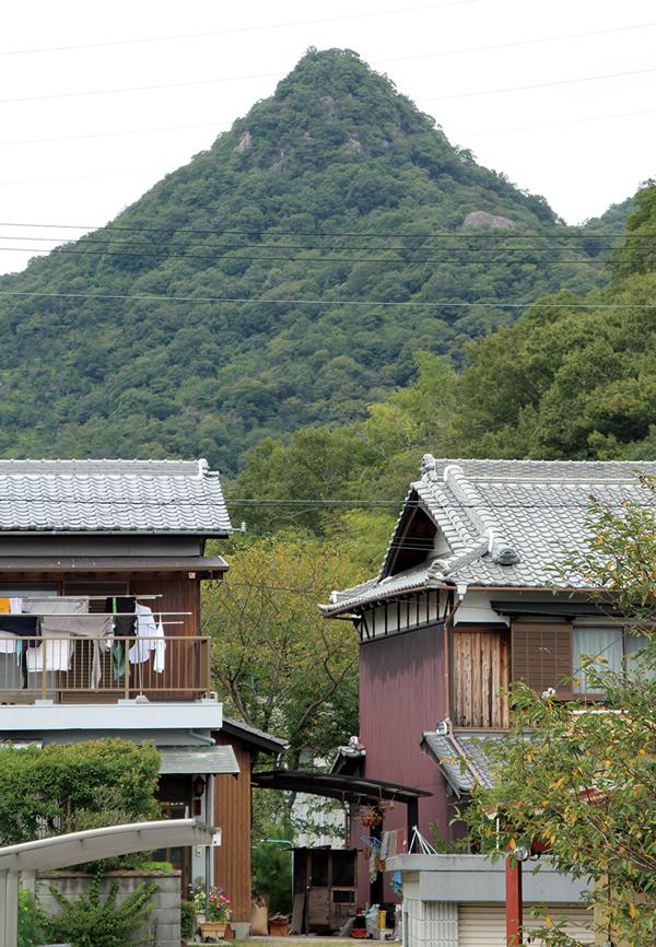 とんがり山 麓の石倉の集落から見上げるとんがり山。古くは風早峰と呼ばれたようだ