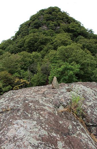 とんがり山 巨岩の亀岩から山頂までは急登が続く
