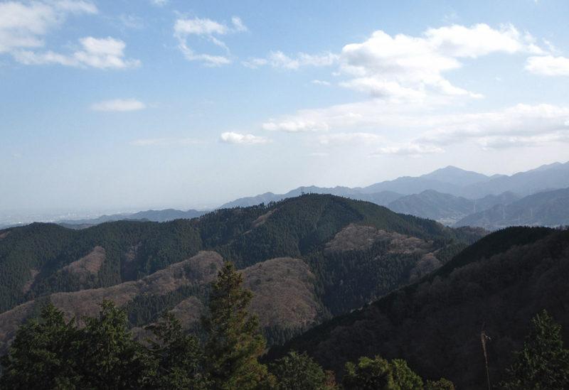 裏高尾 影信山頂上付近から望む裏高尾の稜線。正面のピークが城山、左は高尾山へ続く道