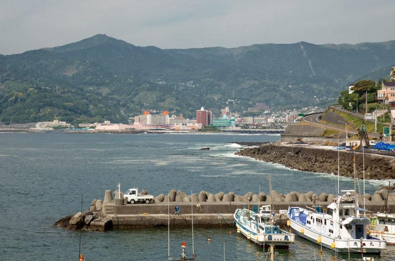 湯河原町から眺めた岩戸山(左のピーク)