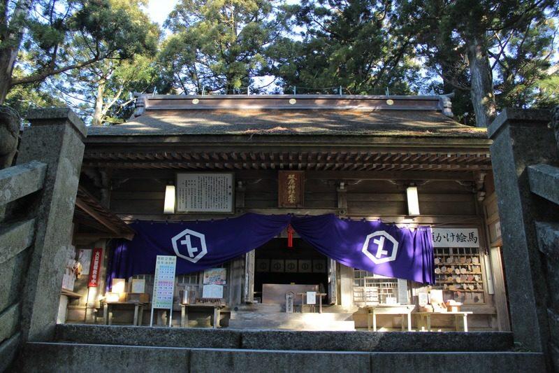 砥鹿神社奥宮、ここを抜ければ山頂まであとわずか