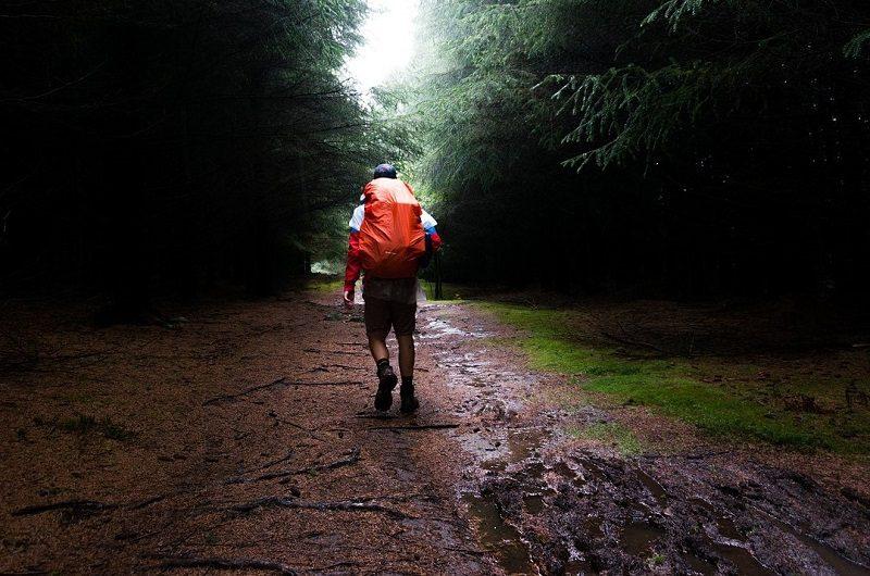 雨の登山イメージ